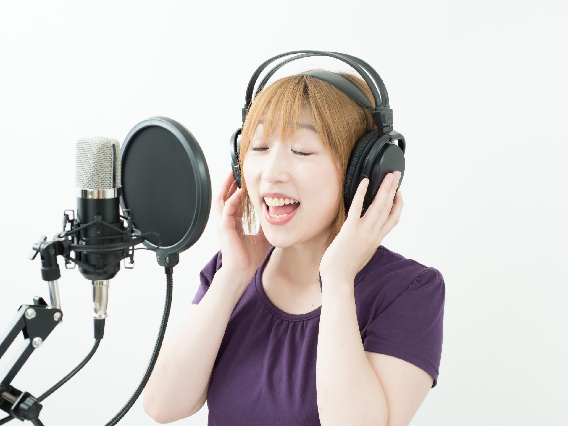 レコーディングする女性
