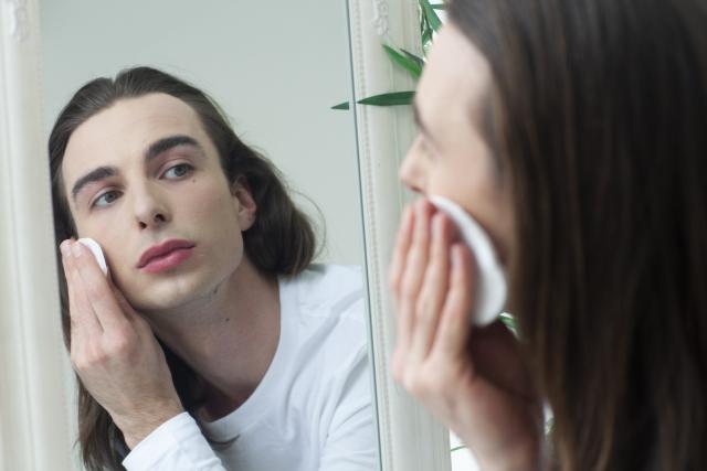 鏡をみるイメージ